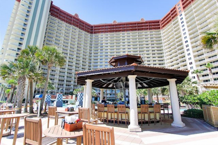 2 full Tiki bars for food and drinks poolside