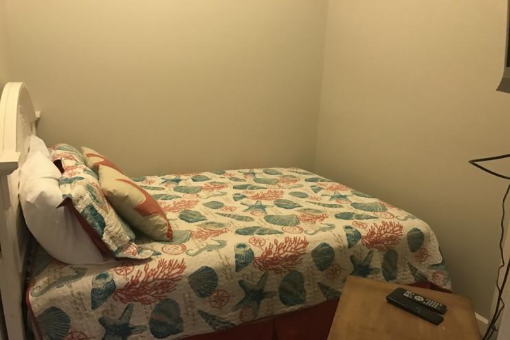 1 queen bed (third bedroom)